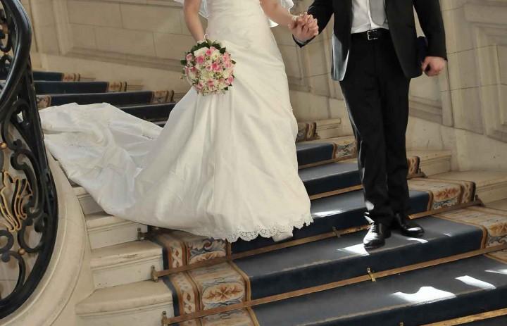 Mariés descente escalier mairie